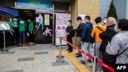 香港市民在九龙湾一个街区排队打中国科兴生物生产的新冠疫苗。(2021年2月26日)
