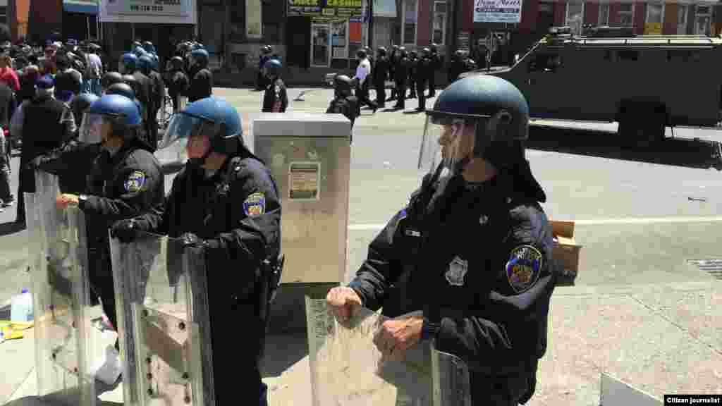 Un día después de la violencia, fuerte presencia policial en Baltimore. [Foto: Alberto Pimienta/VOA]