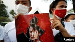 緬甸民眾手舉昂山素姬畫像聚集在泰國曼谷的聯合國機構前。(2021年2月2日)