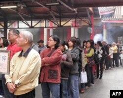 台北行天宫内等待收惊的民众