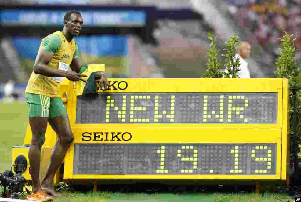 Usain Bolt atterrit à Berlin plein d'ambitions. Jamais rassasié, le Jamaïcain veut terminer le travail sur 100m, après s'être relâché volontairement à Pekin un an auparavant. Après un départ moyen, Bolt part à grandes enjambées vers la ligne d'arrivée et accroche un record du monde à 9'58, qui sera sans doute imbattable à l'avenir, devant Tyson Gay (9'71) et Asafa Powell (9'84). Les records pleuvent et Bolt ira même améliorer son record sur 200m (19'19). Majestueux.