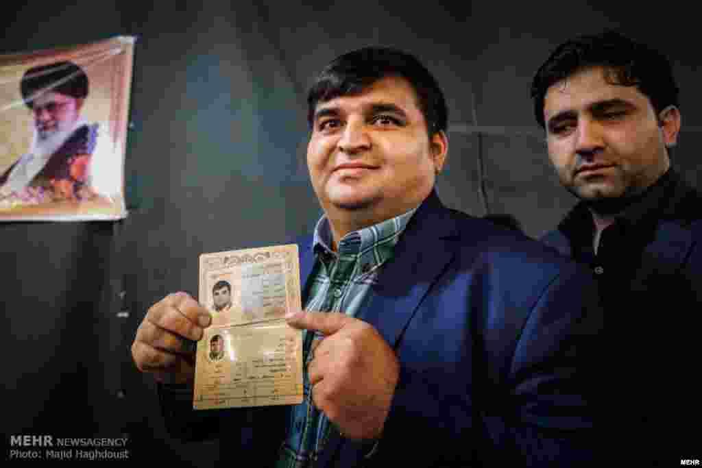 چهارمین روز ثبت نام از داوطلبان انتخابات شوراها با حضور حسین رضازاده. عکس: مجید حق دوست