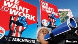 گروهی از کارمندان دولت در تجمعی مقابل کاخ سفید