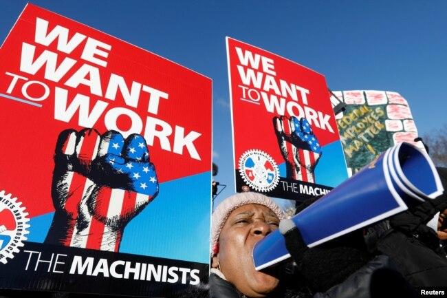 Trabajadores del gobierno de EE.UU. y otros manifestantes protestan por el cierre del gobierno federal afuera de la Casa Blanca en Washington, el jueves 10 de enero de 2019.