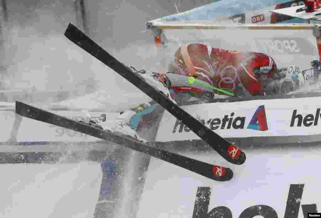 កីឡាករ Henrik Kristoffersen របស់ន័រវែស (Norway) បានបុករបាំង នៅក្រោយជ័យជម្នះរបស់លោកក្នុងការប្រកួត Alpine Skiing World Cup ប្រភេទបុរស នៅក្នុងក្រុង Wengen ប្រទេសស៊្វីស។