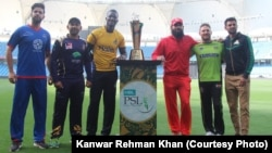 پاکستان سپر لیگ تھری میں حصہ لینے والی ٹیموں کے کپتان ٹرافی کے ساتھ