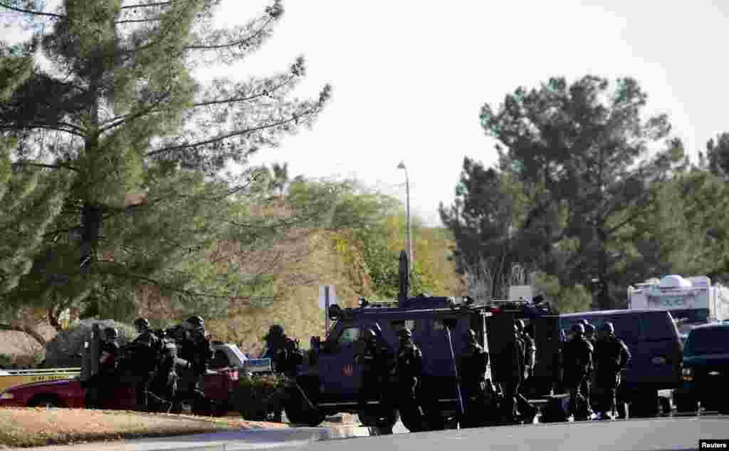 Američki specijalci pripremaju napad na kuću naoružanog napadača koji je prethodno pucao na tri osobe u Phoenixu, u Arizoni.