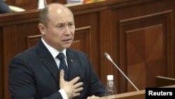 Moldova's Prime Minister Valeriu Strelet addresses members of parliament in Chisinau, October 29, 2015.
