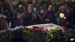 Keluarga dan rekan-rekan memberikan penghormatan terakhir mereka untuk pemimpin oposisi Rusia Boris Nemtsov di Moskow, Rusia (3/2).