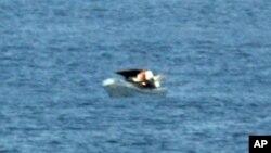 Un pasajero del crucero tomó esta fotografía de tres náufragos a bordo de una embarcación a la deriva ignorada por el buque.
