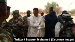 Le ministre nigérien de l'Intérieur, Bazoum Mohamed, au centre, a assisté à l'enterrement des victimes d'une attaque contre un campement de nomades peuls par des hommes lourdement armés venus en moto du Mali voisin, le 19 mai 2018. (Twitter/ Bazoum Mohamed)
