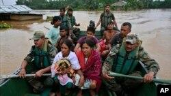 Tentara India menyelamatkan warga desa Chaygaon, distrik Kamrup di negara bagian Assam, India, yang wilayahnya terendam banjir (23/9).