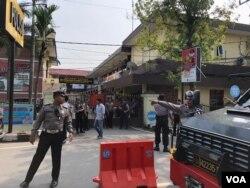 Situasi di Kepolisian Resor Kota Besar (Polrestabes) Medan, Sumatra Utara, Rabu (13/11) pagi, beberapa saat setelah insiden ledakan bom bunuh diri, Rabu, 13 November 2019. (Foto: Anugrah Andriansyah/ VOA)