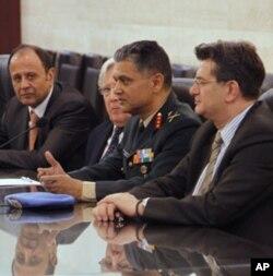 BMT Tinchlikparvar departamenti rasmiysi, general Abxijit Guha Damashqda Suriya mulozimlari bilan uchrashdi, 19-aprel, 2012-yil