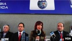 El ministro de Salud, Juan Manzur (a la derecha), calculó que hay 105.000 personas infectadas con la gripe A en Argentina.