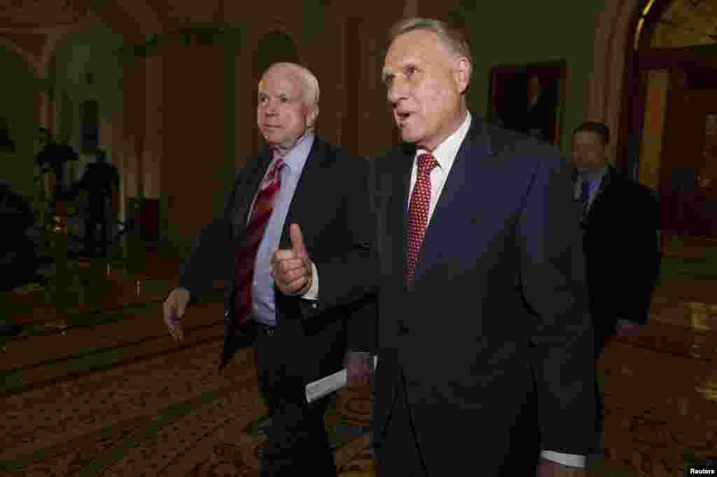 امریکی سینیٹرز جان مکین اور جان کائل سینٹ چیمبر سے باہر آ رہے ہیں