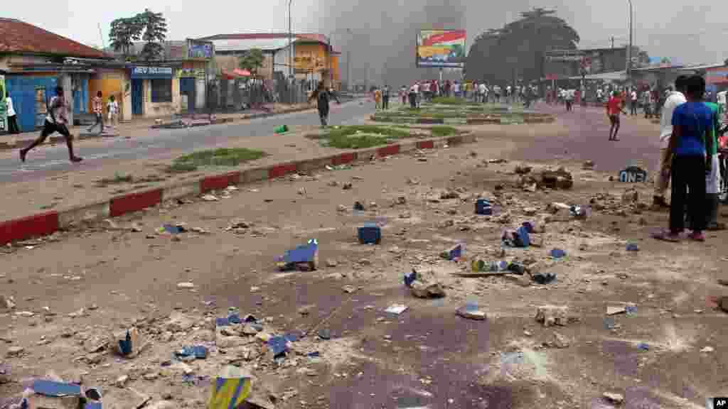 Des pierres sont visibles dans une rue principale pendant que des manifestants brûlent des pneus lors d'une manifestation contre une nouvelle loi qui pourrait retarder l'élection prévue pour 2016 àKinshasa, République démocratique du Congo, le 19 janvier 2015.