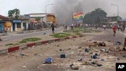 Des morceaux de briques dans une rue de Kinshasa après les violentes manifestations du 29 janvier 2015.