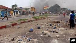 Des pierres sur la chaussée dans Kinshasa, 19 janvier 2015