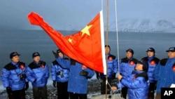 中国2001年10月31日在北极圈内设立考察站。2018年1月26日,中国首次发表北极政策白皮书,声称依据联合国海洋法公约中国拥有在北冰洋开采资源与航行、飞越等权利。而另一方面,由于中国被认为无视这一公约、在南中国海大举造岛和实施军事化,因此它对北极的浓厚兴趣引起美国等许多国家的忧虑。