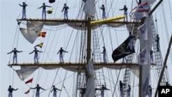 Para taruna rutin melakukan olah fisik dengan memanjat tiang kapal KRI Dewaruci yang tingginya 32 meter.