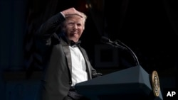 លោកប្រធានាធិបតី Donald Trump យកដៃបាំងពេលមើលទៅទស្សនិកជន នៅពេលលោកថ្លែងក្នុងពិធីទទួលទានអាហារប្រចាំឆ្នាំនៅមហាស្រព Ford's Theatre ក្នុងរដ្ឋធានីវ៉ាស៊ីនតោន កាលពីថ្ងៃទី៤ ខែមិថុនា ឆ្នាំ២០១៧។