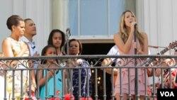 Penyanyi AS, Colbie Caillat menyanyikan lagu kebangsaan, disaksikan keluarga Presiden Barack Obama saat acara 'Dorong Telur Paskah' di Gedung Putih (25/4).