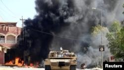 Kendaraan militer pasukan Irak dengan Pasukan Populer Shi'ite dalam pertempuran dengan militan ISIS di Tal Afar, Irak, 26 August 2017.