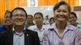 Opposition lawmaker Mu Sochua, right, and Kem Sokha, opposition CNRP vice president at the women commune councilors meeting at CNRP's headquarter, Wednesday, August 10, 2016, Phnom Penh, Cambodia. (Leng Len/VOA Khmer)