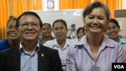 Opposition lawmaker Mu Sochua, right, and Kem Sokha, opposition CNRP vice president at the women commune councilors meeting at CNRP's headquarter, Wednesday, August 10, 2016, Phnom Penh, Cambodia. (Leng Len/VOA Khmer)