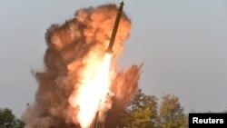 북한의 지난 9월 공개한 초대형 방사포 사격 장면.