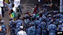 Les forces de sécurité éthiopiennes interviennent sur la place Meskel à Addis Abeba, le 23 juin 2018.