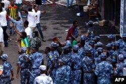 ກໍາລັງຮັກສາຄວາມສະຫງົບຂອງເອທິໂອແປຍ ເຂົ້າຜ່າໄປຍັງຝູງຊົນໃນສະໜາມ Meskel Square ໃນນະຄອນ Addis Ababa ໃນວັນທີ 23 ມິຖຸນາ 2018