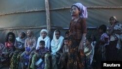Şefîqa Belkom a 25 salî Misilmaneke Burmayî ye, li ber avahîya Xaça Sor e. Cotmeh 14, 2012.