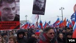 Hàng chục ngàn người xuống đường tuần hành tưởng nhớ ông Nemtsov tại Moscow, ngày 1/3/2015.