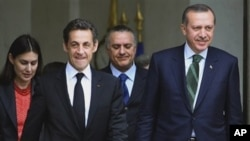 French President Nicolas Sarkozy, left, leaves with Turkish Prime Minister Recep Tayyip Erdogan after their meeting at the Elysee Palace, in Paris, (File Photo)