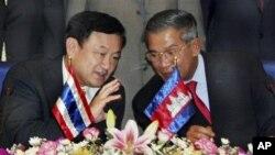 លោក ហ៊ុន សែន នាយករដ្ឋមន្ត្រីកម្ពុជា (ស្តាំ) ពិភាក្សាជាមួយអតីតនាយករដ្ឋមន្ត្រីថៃលោក ថាក់ស៊ីន ស៊ីនណាវ៉ាត់ (Thaksin Shinawatra) នៅក្នុងទីក្រុងភ្នំពេញក្នុងពេលកន្លងមក។ (រូបថតឯកសារ)