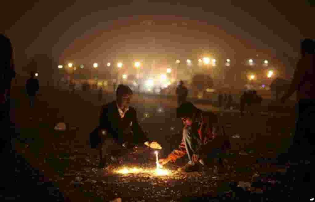 인도 뉴델리 대통령 궁 인근에서 촛불 시위를 벌이는 시민들