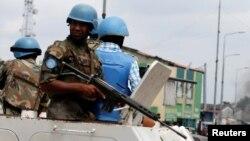 Des casques bleus en patrouille sur une auto-blindée, Kinshasa, RDC, 20 décembre 2016.