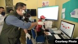 Gubernur Jawa Barat Ridwan Kamil meninjau check point di kawasan perbatasan lima daerah Bandung Raya pada hari pertama penerapan PSBB Bandung Raya, Kamis (22/4/). (Courtesy: Humas Jabar)