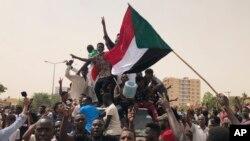 Abanyesudani bavyina mu myiyerekano yiyamiriza akanama ka gisirikare karongoye igihugu, i Khartoum, Sudani. Italiki 30/06/2019.