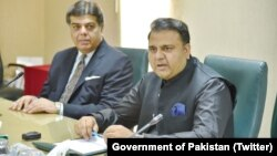 فواد چوهدري (ښي) د اطلاعاتو وزیر او د تحریک انصاف ګوند ویاند دی.