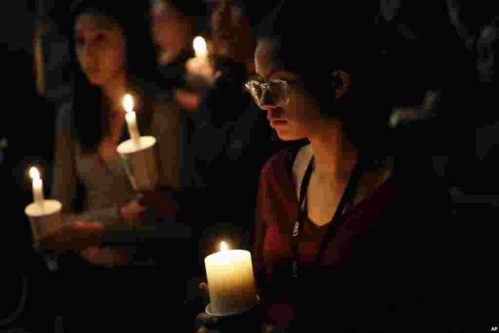 تصویری از دانشجویان دانشگاه نوادا با شمع در دست به نشان ادای احترام برای قربانیان تیراندازی مرگبار در لاس وگاس که بیش از ۵۰ کشته و صدها زخمی برجای گذاشت.