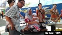 Pasien dan keluarganya menunggu layanan kesehatan di tenda darurat akibat gempa Lombok 2018. (Foto:VOA/Nurhadi)