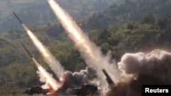 Misiles son lanzados durante un ejercicio militar en Corea del Norte, el 10 de mayo de 2019. Foto proporcionada por la Agencia de Noticias Central Coreana, KCNA.