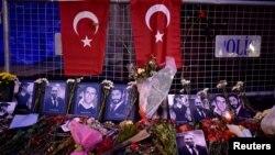 گلها و عکسهای قربانیان در مقابل در ورودی کلوب شبانه رینا که مورد هدف قرار گرفت.