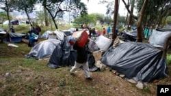 Kolombiya'nın başkenti Bogota'da otogar yakınındaki parkta kamp kuran Venezuelalı mülteciler