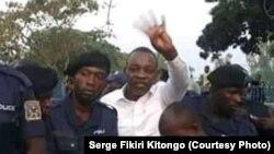 Mike Mukebayi (simisi ye pembe), ntoma ya etuka ya Kinshasa akangemi mpe amemami na boloko ya Makala, Kinshasa, 16 septembre 2019. (Serge Fikiri Kitongo)