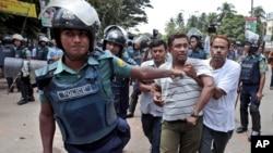 Policija privodi islamskog aktivistu tokom protesta u Daki