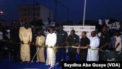 Le Ministre des sports (en blanc au centre) inaugure le terrain de Basket de la NBA jr League aux côtés du Vice-Président de la NBA et de ses partenaires, à Dakar, 15 decembre 2017. (VOA/ Seydina Aba Gueye)